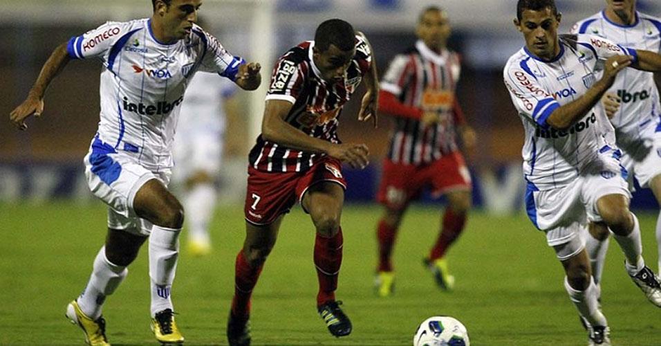 Lucas domina a bola para o São Paulo, que foi eliminado da Copa do Brasil após perder por 3 a 1 para o Avaí