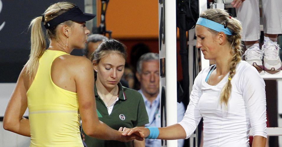 Maria Sharapova cumprimenta Victoria Azarenka após a desistência da rival