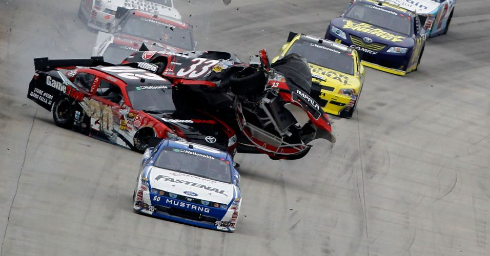 Clint Bowyer acabou com o carro em cima de Joey Logano na Nascar Nationwide Series 5, nos Estados Unidos