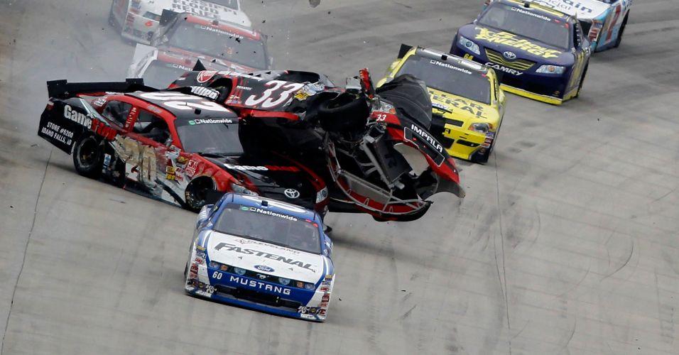 Clint Bowyer acabou com o carro em cima de Joey Logano na Nascar Nationwide Series 5, nos Estados Unidos