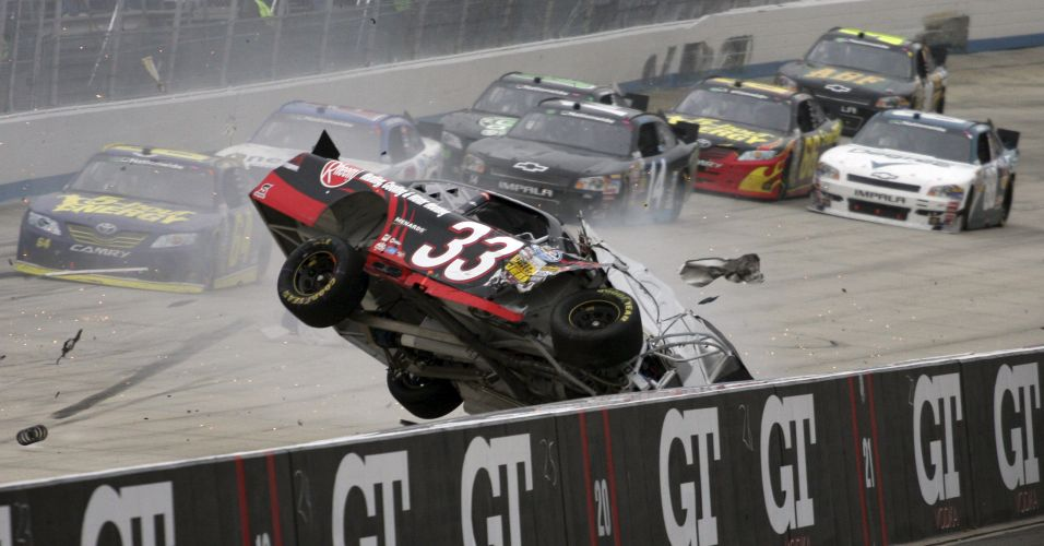 Clint Bowyer bate no muro durante prova da Nascar Nationwide Series 5, nos Estados Unidos