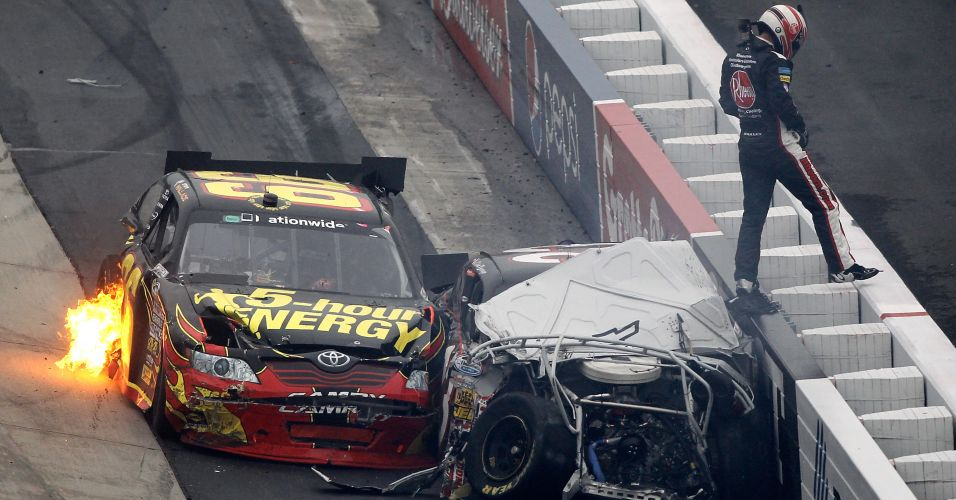 Depois de capotar, Clint Bowyer acabou atingindo Steve Wallace na Nascar Nationwide Series 5, nos Estados Unidos