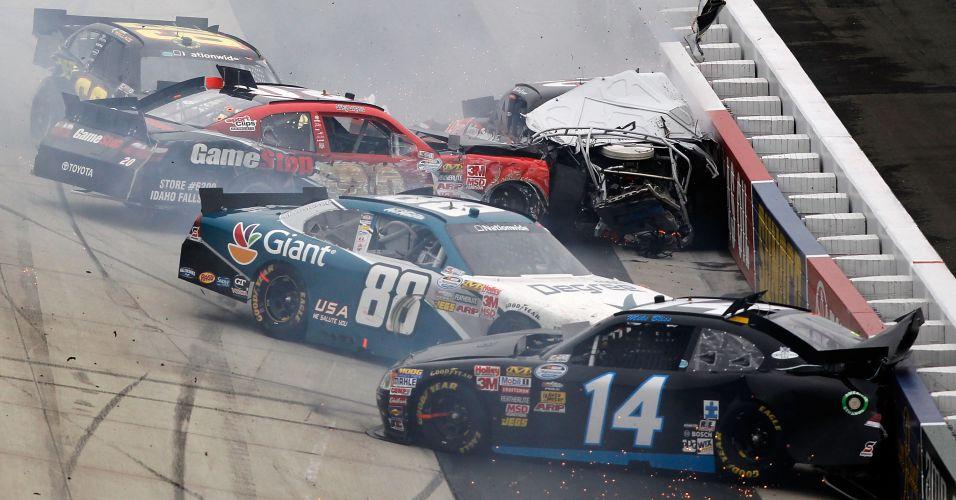 O acidente de Clint Bowyer e Joey Logano acabou envolvendo outros carros na Nascar Nationwide Series 5, nos Estados Unidos