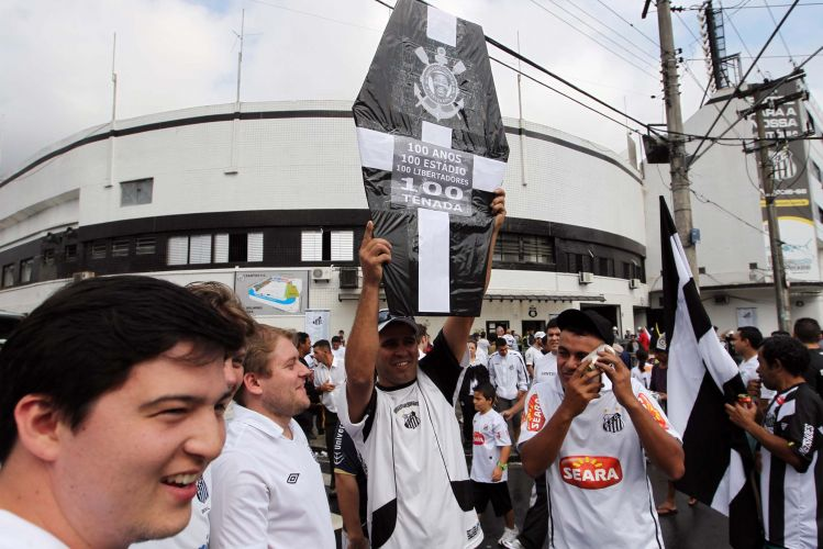 Torcedor do Santos exibe um caixão com provocações ao Corinthians, especialmente com a falta de títulos do time do Parque São Jorge no ano de seu centenário.