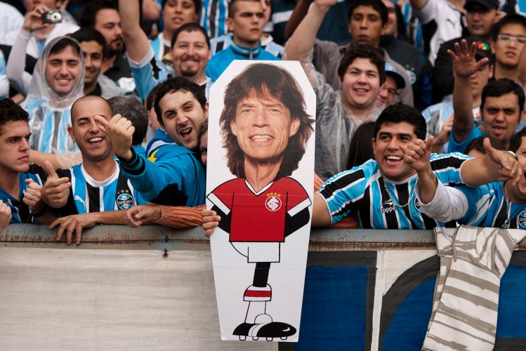 Torcida do Grmio brinca com o Inter e mostra um saci, mascote do clube colorado, com a cabea do roqueiro Mick Jagger, que tem fama de p frio desde a Copa do Mundo de 2010.