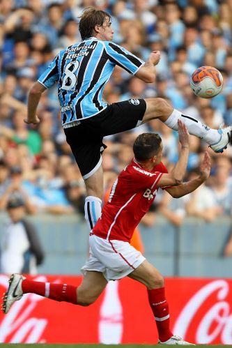 Adilson, do Grêmio, sobe firme para a disputa de bola com D'Alessandro, do Inter, na final do Campeonato Gaúcho, no Olímpico.