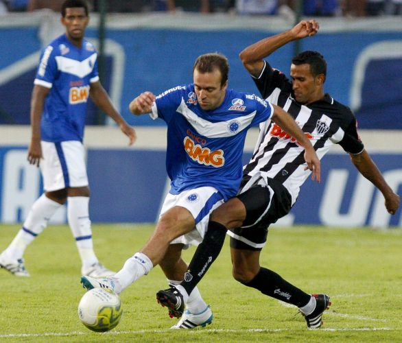Roger passa pela marcação durante partida entre Cruzeiro e Atlético-MG, pela final do Campeonato Mineiro