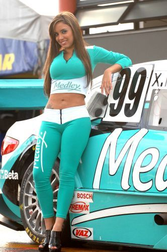 Daniela posa com carro da Medley/Full Time Sports antes de etapa da Stock Car em Nova Santa Rita, Rio Grande do Sul.