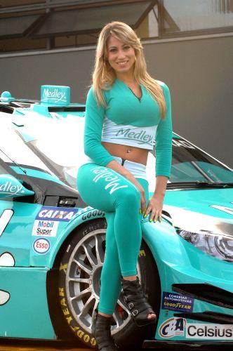 Modelo Carolina nos boxes da Sotck Car na etapa de Nova Santa Rita, disputada no autódromo Velopark.