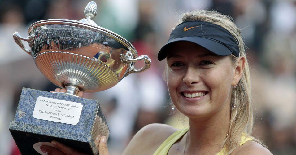 Maria Sharapova exibe troféu depois de quebrar jejum de um ano sem título com a primeira conquista de Roma