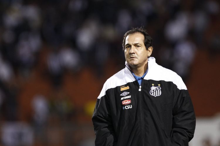 Muricy Ramalho observa seus comandados durante a partida entre Santos e Once Caldas