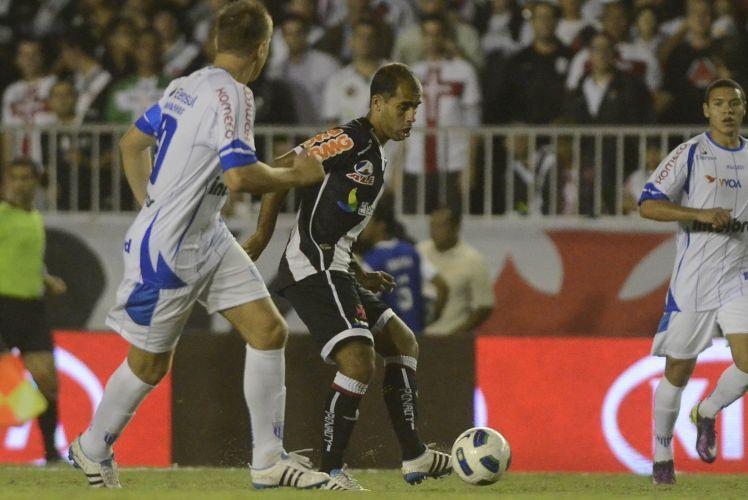 Meia vascaíno Felipe recebe a bola durante o jogo de ida das semifinais da Copa do Brasil contra o Avaí em São Januário