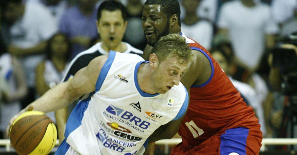 Lucas, do Brasília, tenta escapar da marcação de Lewis, do Franca, durante a vitória por 92 a 72 na capital federal