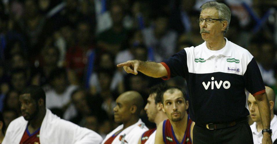 Técnico Hélio Rubens, do Franca, comanda o time na derrota por 92 a 72 para o Brasília no primeiro jogo das finais do NBB
