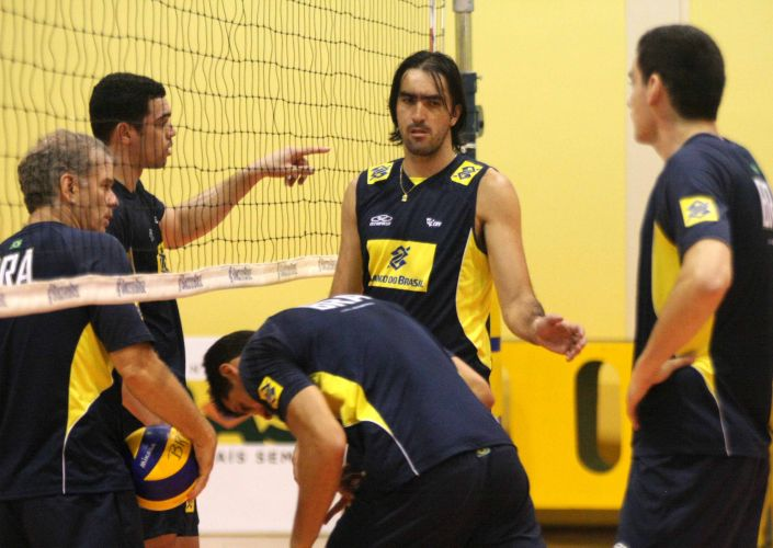 Central Rodrigão participa de treino da seleção brasileira em Saquarema; equipe se prepara para a estreia na Liga Mundial no dia 27