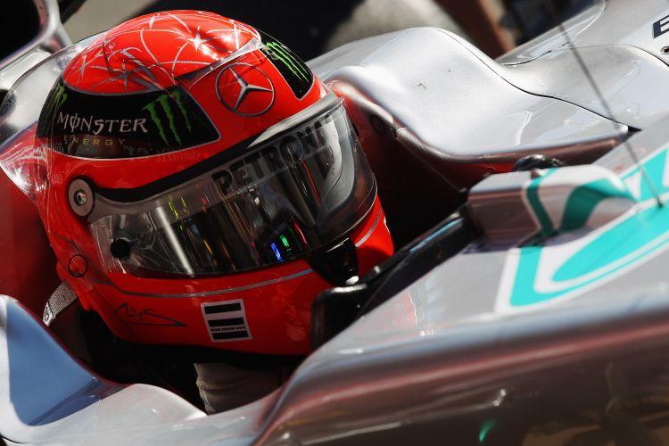 Michael Schumacher se prepara para entrar na pista e tentar uma volta rápida no circuito da Catalunha, durante os treinos livres para o GP da Espanha