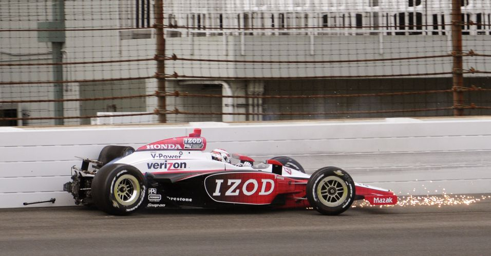 Ryan Briscoe, piloto australiano da Penske, bate o carro na segunda volta do treino qualificatrio