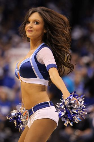 Cheerleader do Thunder esboça sorriso durante derrota para o Dallas