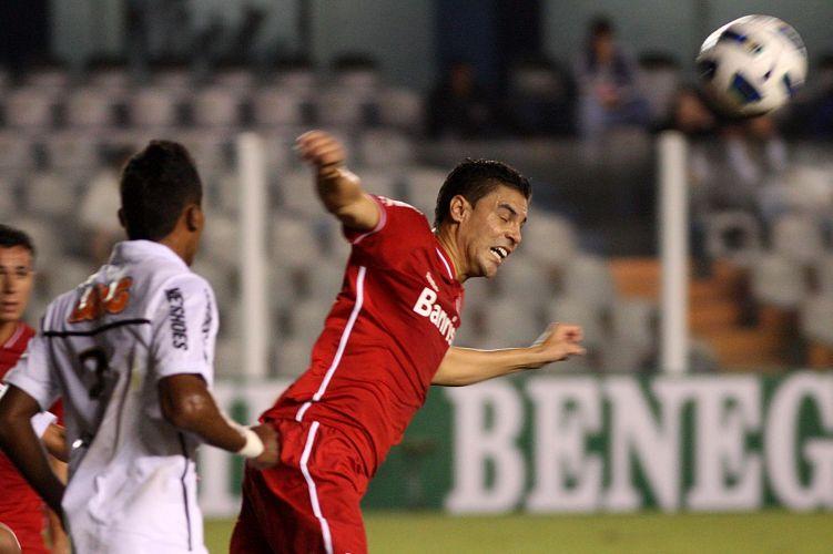 Zagueiro Bolívar (d) sobe em disputa aérea na estreia do Inter no Brasileirão no empate por 1 a 1 contra os reservas do Santos na Vila Belmiro