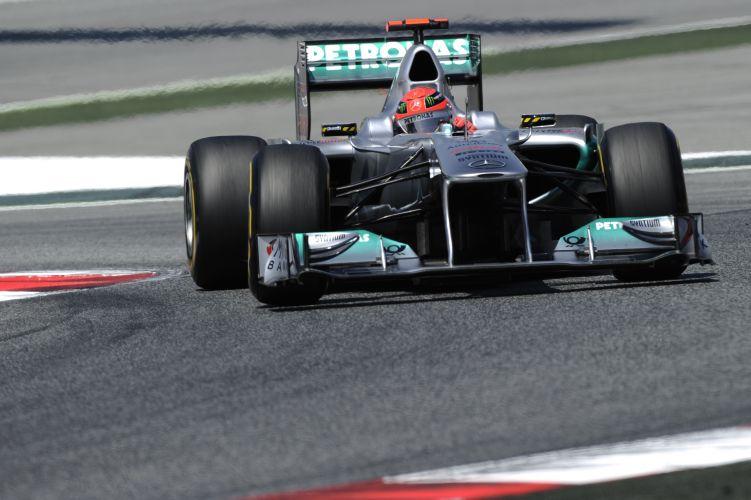 Michael Schumacher acelera sua Mercedes pelo circuito da Catalunha durante o treino de classificação para o GP da Espanha