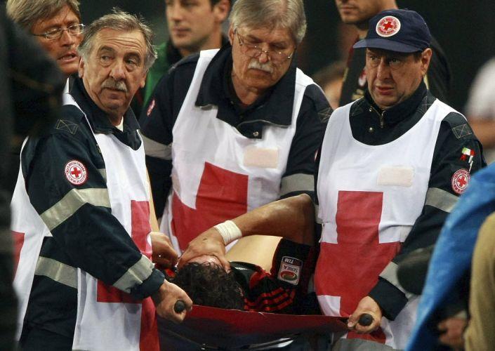 Alexandre Pato machucou o ombro durante o empate sem gols com a Udinese e deixou o campo chorando, carregado pela maca. Ele, agora, preocupa a seleção brasileira para os amistosos contra Romênia e Holanda