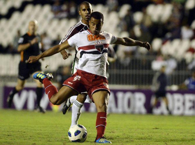 Lucas arrisca o chute durante o jogo entre Fluminense e São Paulo