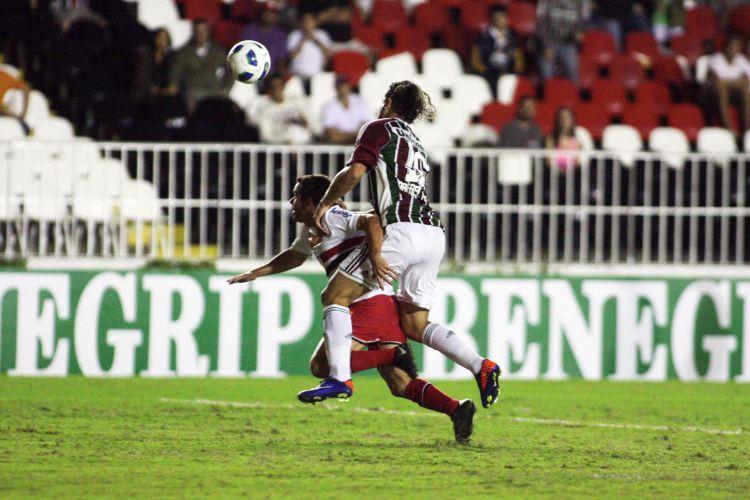 Rafael Moura faz falta em Juan durante o jogo entre Fluminense e São Paulo