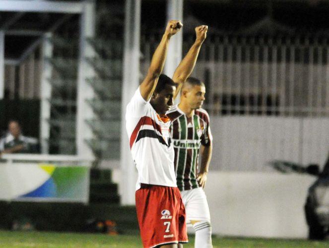 Lucas vibra ao marcar para o São Paulo contra o Fluminense em São Januário