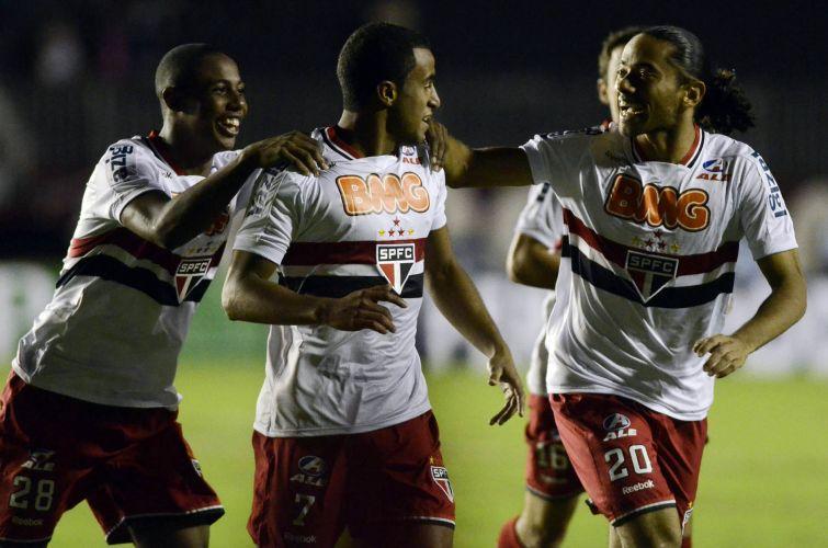 Lucas é abraçado pelos companheiros após marcar para o São Paulo contra o Fluminense em São Januário