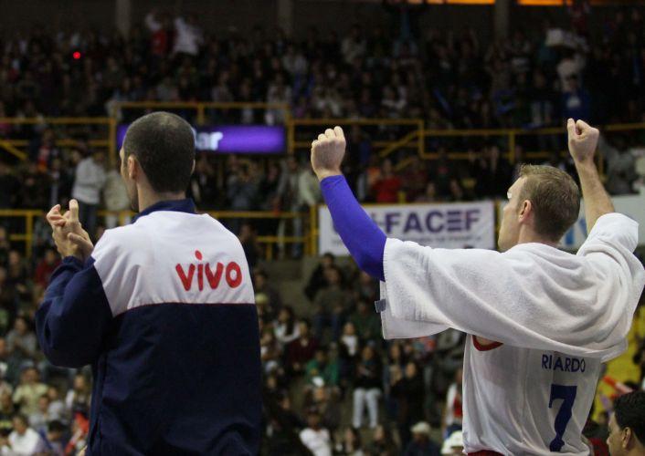 Ricardo Probst e William Drudi comemoram cesta de Franca na partida contra o Brasília
