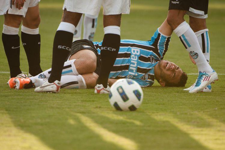 Rodolpho sofre lesão no tornozelo e deixa o gramado durante o jogo entre Grêmio Grêmio e Corinthians no Olímpico