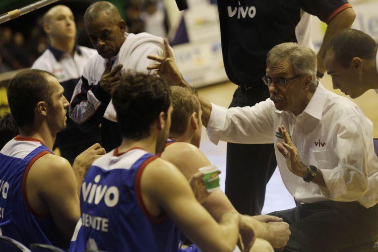 Helio Rubens orienta os jogadores de Franca na derrota para o Brasília