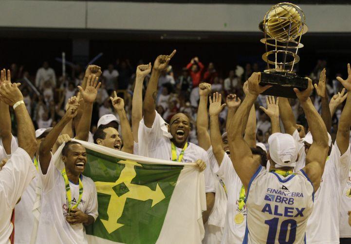 Alex Garcia ergue o troféu de campeão do NBB3 para o Brasília após vitória sobre Franca