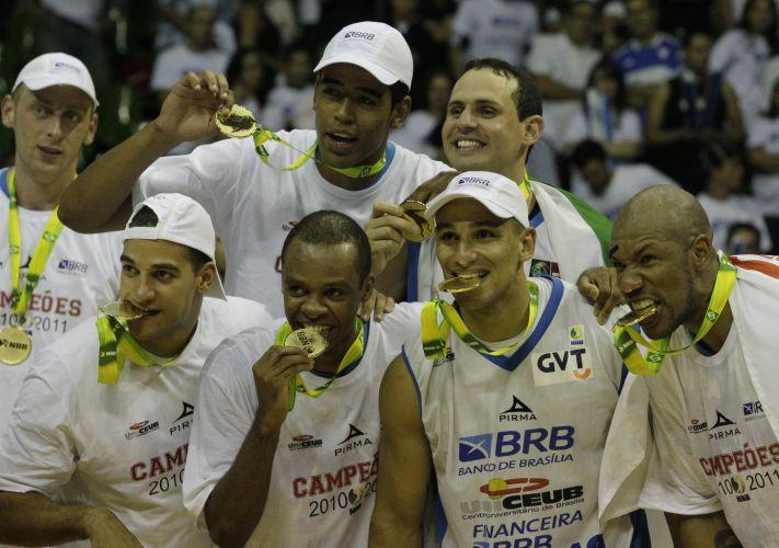 Jogadores do Brasília posam para fotos com a medalha de campeão do NBB