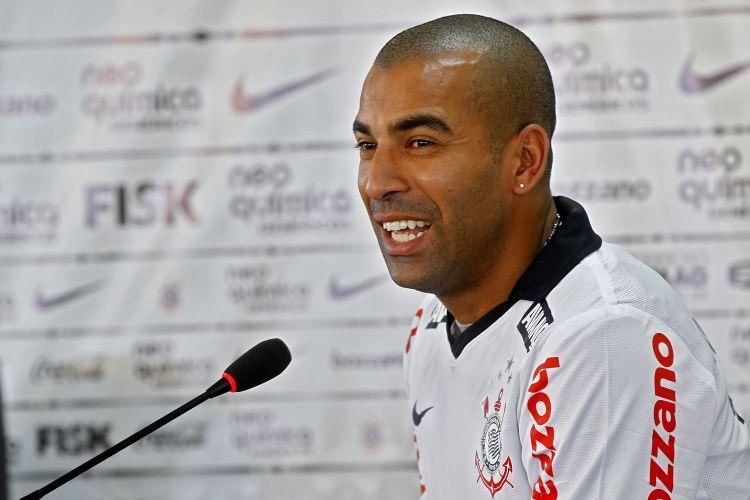 Atacante que veio do Fluminense sorri durante apresentação. Emerson afirmou que perseguição dos cariocas é a maneira de declarar