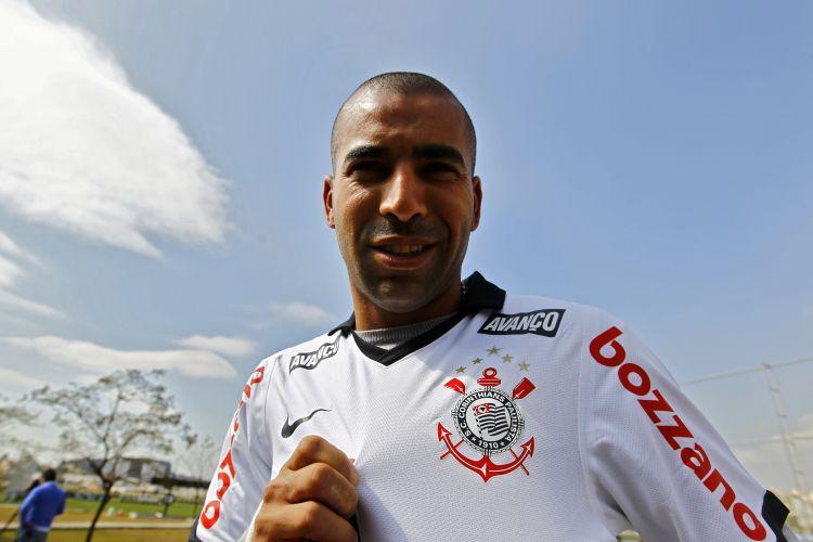 Fora da sala de imprensa, Emerson posou com a camisa de seu novo clube e exibiu escudo do Corinthians para jornalistas