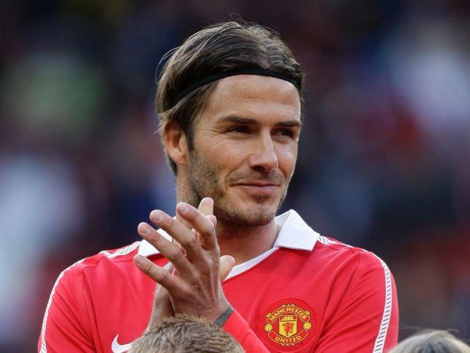 David Beckham aplaude Neville na despedida do jogador. O astro inglês voltou a jogar com a camisa do Manchester United para a festa