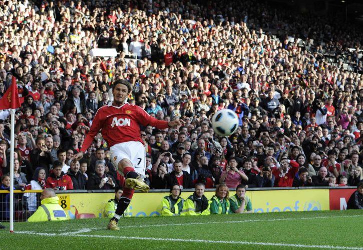 Beckham chuta observado pelos torcedores; ele jogou pelo Manchester United na despedida de Neville