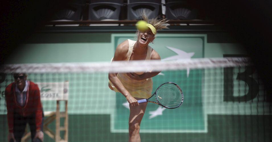 Russa Maria Sharapova saca em sua vitória sobre a croata Mirjana Lucic na primeira rodada de Roland Garros