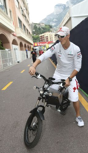 Michael Schumacher resolver dar uma voltinha pelo circuito de Mônaco, mas não foi em sua Mercedes. Piloto alemão preferiu outro veículo