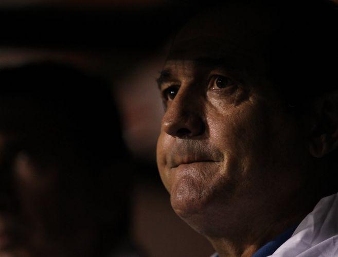 Muricy Ramalho observa seus comandados durante o duelo entre Santos e Cerro Porteño no Pacaembu