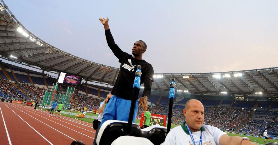 Usain Bolt cumprimenta os fãs na chegada ao estádio para a disputa da etapa de Roma da Liga Diamante
