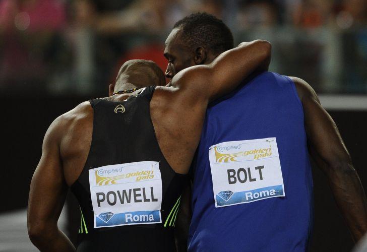 Após vencer Powell por 0s02, Bolt abraça o companheiro