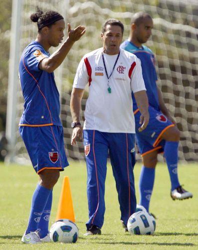 Técnico Luxemburgo orienta principal estrela do time em treinamento desta quinta-feira