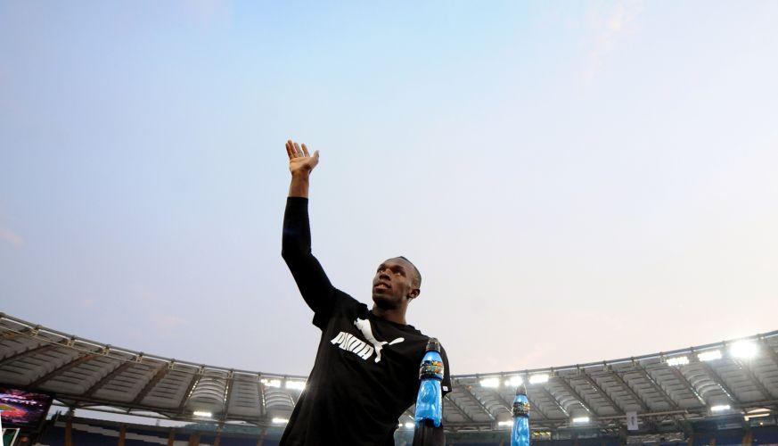 Com direito a muitos sorrisos, Usain Bolt acena para os italianos na pista do estádio de Roma. Jamaicano retornou após nove meses ao atletismo, com uma vitória suada, decidida nos metros finais contra Asafa Powell. O resultado complicado ampliou as tradicionais caras e bocas do carismático recordista mundial dos 100 m rasos