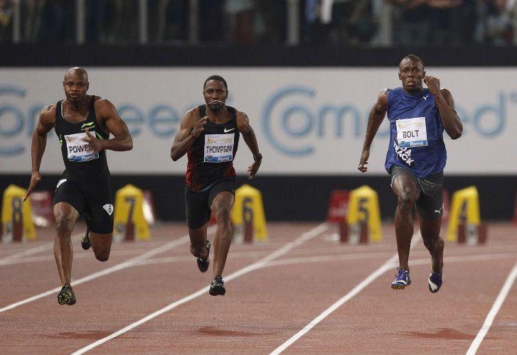 Largada ruim, e Bolt faz cara de preocupado, enquanto o arquirrival Asafa Powell acelera, dominando boa parte dos 100 m