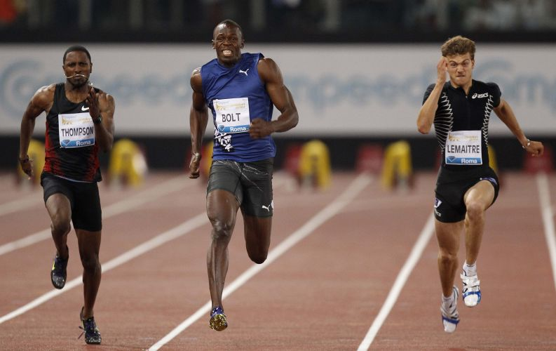 Dos pés à cabeça, Bolt se esforça ao máximo para tirar a vantagem de Powell e tentar virar a situação nos 100 m