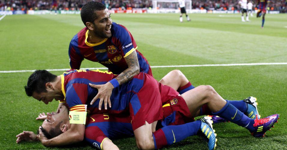 Villa é abraçado por Xavi e Daniel Alves