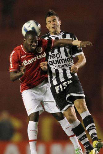 Zé Roberto disputa bola com jogador do Ceará na partida deste sábado, no Beira-Rio
