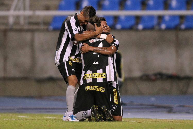 Jogadores do Botafogo comemoram gol que valeu a vitria por 1 a 0 sobre o Santos neste sbado